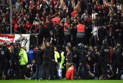 إلغاء مباراة بالدوري الفرنسي بعد إصابات بين الجماهير