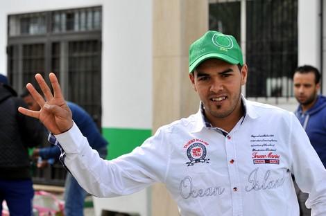 مشجعون للرجاء يرفعون شعار رابعة